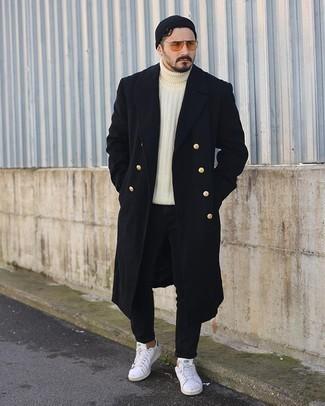 Weiße und grüne Leder niedrige Sneakers kombinieren – 108 Herren Outfits: Vereinigen Sie einen schwarzen Mantel mit schwarzen Jeans für Ihren Bürojob. Wenn Sie nicht durch und durch formal auftreten möchten, entscheiden Sie sich für weißen und grünen Leder niedrige Sneakers.