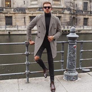 Schwarze Sonnenbrille kombinieren – 500+ Herren Outfits: Ein weißer und schwarzer Mantel mit Hahnentritt-Muster und eine schwarze Sonnenbrille sind eine kluge Outfit-Formel für Ihre Sammlung. Entscheiden Sie sich für dunkelbraunen Chelsea Boots aus Leder, um Ihr Modebewusstsein zu zeigen.