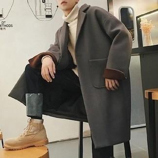 Frühling Outfits Herren 2021: Kombinieren Sie einen dunkelgrauen Mantel mit schwarzen Jeans für einen für die Arbeit geeigneten Look. Fühlen Sie sich ideenreich? Vervollständigen Sie Ihr Outfit mit hellbeige Wildlederarbeitsstiefeln. Das Outfit ist mega und passt toll zum Frühling.