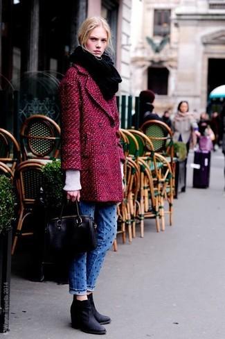 Dunkelroter Mantel, Weißer Strick Rollkragenpullover, Blaue gepunktete Jeans, Schwarze Keilstiefeletten aus Wildleder für Damen