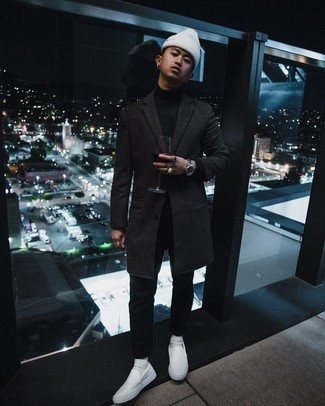 Dunkelgrauen Mantel kombinieren – 1200+ Herren Outfits: Paaren Sie einen dunkelgrauen Mantel mit schwarzen Jeans, wenn Sie einen gepflegten und stylischen Look wollen. Fühlen Sie sich mutig? Ergänzen Sie Ihr Outfit mit weißen Slip-On Sneakers aus Segeltuch.
