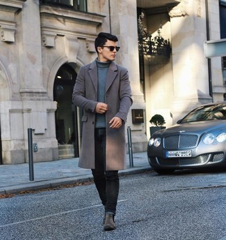 Grauen Mantel kombinieren – 500+ Herren Outfits: Kombinieren Sie einen grauen Mantel mit schwarzen Jeans für einen für die Arbeit geeigneten Look. Ergänzen Sie Ihr Outfit mit dunkelgrauen Chelsea Boots aus Wildleder, um Ihr Modebewusstsein zu zeigen.