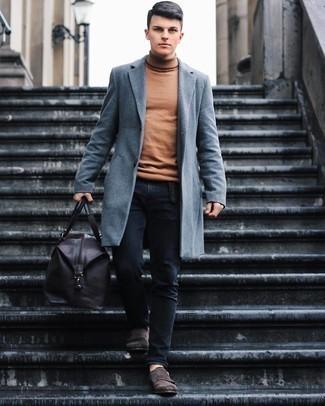 Grauen Mantel kombinieren – 500+ Herren Outfits: Paaren Sie einen grauen Mantel mit schwarzen Jeans, wenn Sie einen gepflegten und stylischen Look wollen. Fühlen Sie sich ideenreich? Vervollständigen Sie Ihr Outfit mit dunkelbraunen Doppelmonks aus Wildleder.