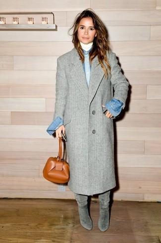 Miroslava Duma trägt Grauer Mantel, Weißer Rollkragenpullover, Blaues Jeanshemd, Graue Kniehohe Stiefel aus Wildleder