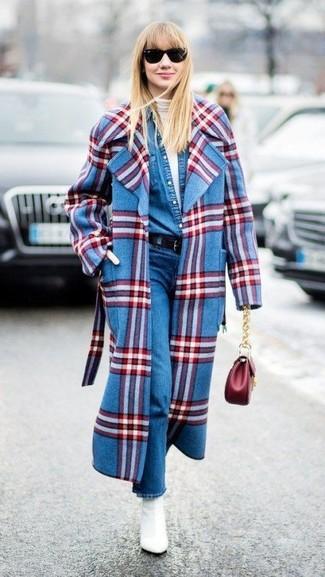 Wie kombinieren: blauer Mantel mit Schottenmuster, weißer Rollkragenpullover, blaues Jeanshemd, blaue Jeans