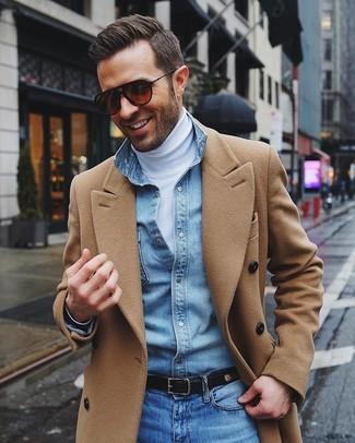 camel Mantel, weißer Rollkragenpullover, hellblaues Jeanshemd, blaue Jeans für Herren