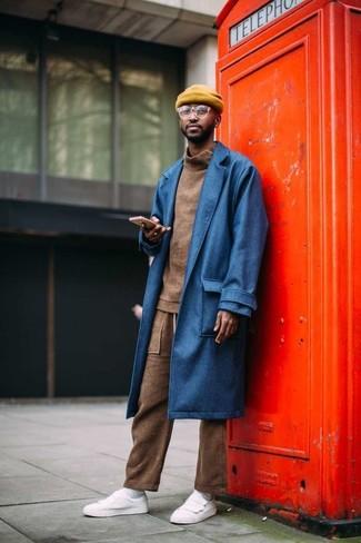 Wie kombinieren: blauer Mantel, brauner Rollkragenpullover, braune Jogginghose, weiße Leder niedrige Sneakers
