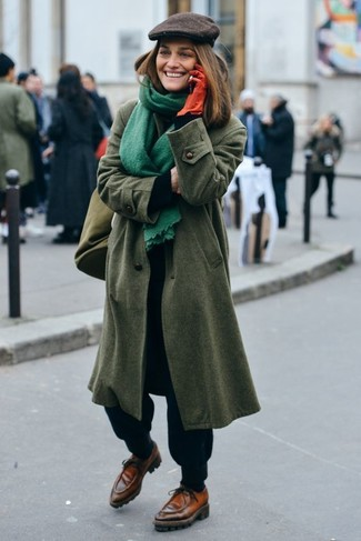 Perfektionieren Sie den modischen Freizeitlook mit einem olivgrünen mantel und einer schiebermütze. Braune leder bootsschuhe liefern einen wunderschönen Kontrast zu dem Rest des Looks.