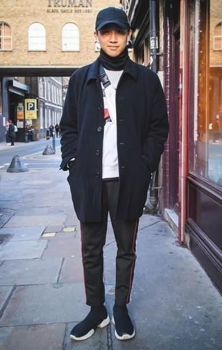 Schwarze Jogginghose kombinieren: Casual-Outfits: trends 2020: Kombinieren Sie einen dunkelblauen Mantel mit einer schwarzen Jogginghose für ein sonntägliches Mittagessen mit Freunden. Wenn Sie nicht durch und durch formal auftreten möchten, entscheiden Sie sich für dunkelblauen Sportschuhe.