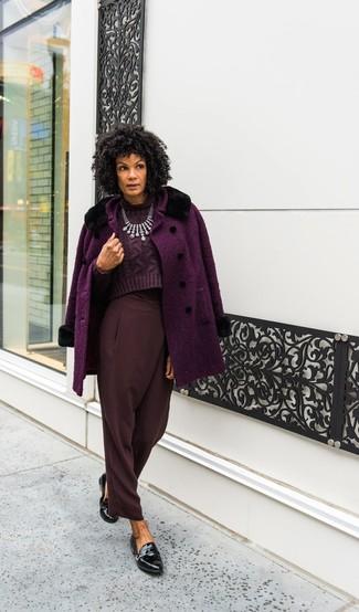 Dunkelrote Karottenhose kombinieren – 15 Damen Outfits: Um ein klassisches, aber dennoch entspanntes Outfit zu zaubern, braucht man nur einen lila Mantel und eine dunkelrote Karottenhose. Schwarze Leder Slipper sind eine ideale Wahl, um dieses Outfit zu vervollständigen.