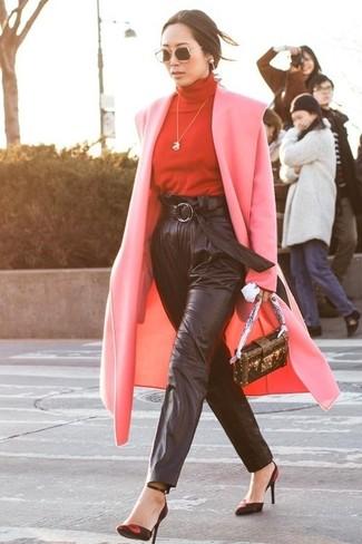 Wie kombinieren: rosa Mantel, roter Rollkragenpullover, schwarze Karottenhose aus Leder, rote und schwarze Wildleder Pumps