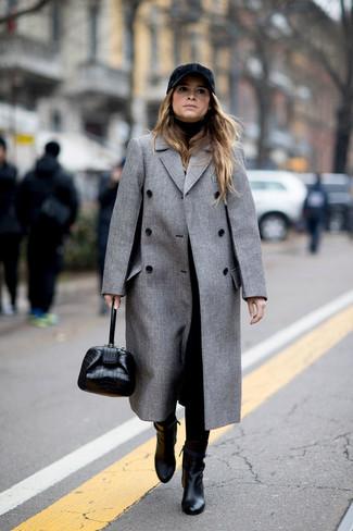 Wie kombinieren: grauer Mantel, schwarzer Rollkragenpullover, schwarze Karottenhose, schwarze Leder Stiefeletten
