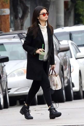 Vereinigen Sie einen schwarzen mantel mit einer weißen shopper tasche aus leder für damen von MICHAEL Michael Kors, wenn Sie einen gepflegten und stylischen Look wollen. Suchen Sie nach leichtem Schuhwerk? Komplettieren Sie Ihr Outfit mit schwarzen flache stiefel mit einer schnürung aus leder für den Tag.