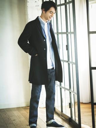 Wie kombinieren: schwarzer Mantel, weißer Rollkragenpullover, blaues Langarmhemd mit Vichy-Muster, dunkelblaue Jeans
