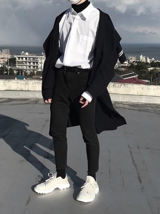 Wie kombinieren: schwarzer Mantel, schwarzer Rollkragenpullover, weißes Langarmhemd, schwarze enge Jeans