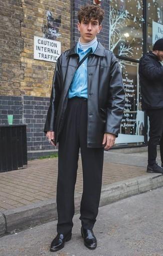 Schwarze Anzughose kombinieren: trends 2020: Kombinieren Sie einen schwarzen Ledermantel mit einer schwarzen Anzughose für eine klassischen und verfeinerte Silhouette. Schwarze Chelsea Boots aus Leder liefern einen wunderschönen Kontrast zu dem Rest des Looks.