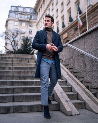 Dunkelblauen Mantel kombinieren – 88 Herren Outfits: Vereinigen Sie einen dunkelblauen Mantel mit einer hellblauen Wollchinohose für Drinks nach der Arbeit. Dunkelblaue Chelsea Boots aus Wildleder bringen klassische Ästhetik zum Ensemble.