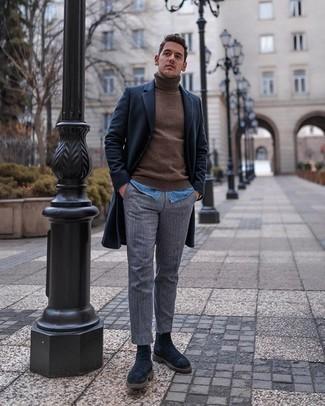 Dunkelblauen Mantel kombinieren – 88 Herren Outfits: Kombinieren Sie einen dunkelblauen Mantel mit einer grauen vertikal gestreiften Chinohose, um einen eleganten, aber nicht zu festlichen Look zu kreieren. Schalten Sie Ihren Kleidungsbestienmodus an und machen schwarzen Chelsea Boots aus Wildleder zu Ihrer Schuhwerkwahl.
