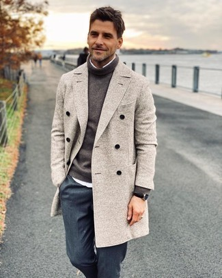 Herren Outfits 2020: Arbeitsreiche Tage verlangen nach einem einfachen, aber dennoch stylischen Outfit, wie zum Beispiel ein dunkelgrauer Wollrollkragenpullover und ein weißes Langarmhemd.