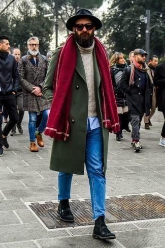 Smart-Casual Winter Outfits Herren 2021: Erwägen Sie das Tragen von einem olivgrünen Mantel und blauen Jeans für Drinks nach der Arbeit. Schwarze Chelsea Boots aus Wildleder sind eine einfache Möglichkeit, Ihren Look aufzuwerten. Schon ergibt sich ein stylischer Winter-Look.