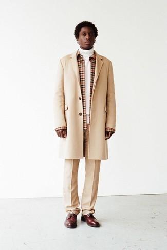 Hellbeige Anzughose kombinieren – 500+ Herren Outfits: Etwas Einfaches wie die Wahl von einem beigen Mantel und einer hellbeige Anzughose kann Sie von der Menge abheben. Fühlen Sie sich mutig? Entscheiden Sie sich für dunkelroten Leder Brogues.