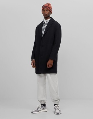 Orange bedruckte Mütze kombinieren – 4 Herren Outfits: Ein schwarzer Mantel und eine orange bedruckte Mütze sind eine gute Outfit-Formel für Ihre Sammlung. Wenn Sie nicht durch und durch formal auftreten möchten, komplettieren Sie Ihr Outfit mit grauen Sportschuhen.