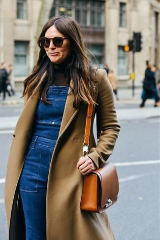 Wie kombinieren: beige Mantel, dunkelbrauner Rollkragenpullover, blaue Jeans Latzhose, rotbraune Leder Umhängetasche