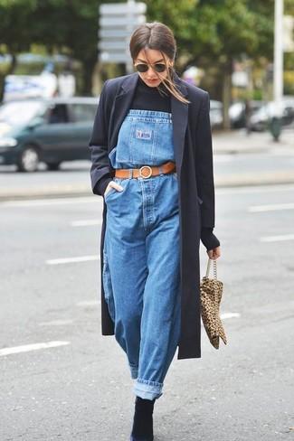 Wie kombinieren: schwarzer Mantel, schwarzer Rollkragenpullover, blaue Jeans Latzhose, schwarze Wildleder Stiefeletten