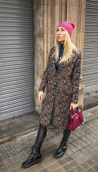 Schwarzen Mantel mit Blumenmuster kombinieren: trends 2020: Ein schwarzer Mantel mit Blumenmuster und schwarze Lederleggings sind absolut Alltags-Essentials und können mit einer Vielzahl von Stücken kombiniert werden, um einen stylischen Freizeit-Look zu schaffen. Fühlen Sie sich ideenreich? Wählen Sie schwarzen Schnürstiefeletten aus Leder.