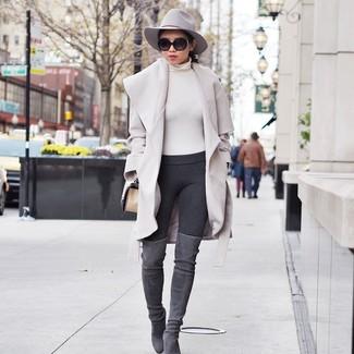 Dunkelgraue Leggings kombinieren: trends 2020: Probieren Sie die Kombination aus einem hellbeige Mantel und dunkelgrauen Leggings für einen glamurösen Look. Graue Overknee Stiefel aus Wildleder bringen klassische Ästhetik zum Ensemble.