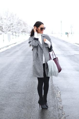 Wie kombinieren: grauer Mantel, weißer Rollkragenpullover, schwarze Leggings, schwarze Fransen Leder Stiefeletten