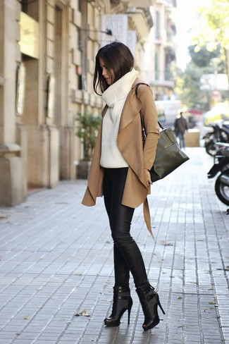 beige Mantel, weißer Strick Rollkragenpullover, schwarze Lederleggings, schwarze Leder Stiefeletten mit Ausschnitten für Damen