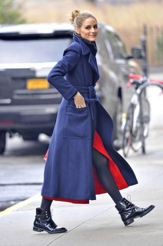 Olivia Palermo trägt dunkelblauer Mantel, dunkelblauer Strick Wollrollkragenpullover, roter Midirock mit Schlitz, schwarze flache Stiefel mit einer Schnürung aus Leder