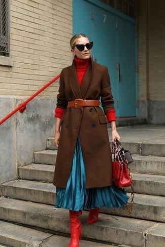 Wie kombinieren: dunkelbrauner Mantel, roter Rollkragenpullover, türkiser Falten Midirock, rote kniehohe Stiefel aus Leder