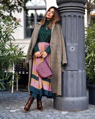 Damen Outfits & Modetrends 2020 für Herbst: Um ein Casual-Outfit zu kreieren, können Sie einen braunen Mantel mit Fischgrätenmuster und einen mehrfarbigen Midirock mit geometrischem Muster kombinieren. Dieses Outfit passt hervorragend zusammen mit dunkelbraunen kniehohe Stiefeln aus Leder. Schon mal so einen trendigen Übergangs-Look gesehen?