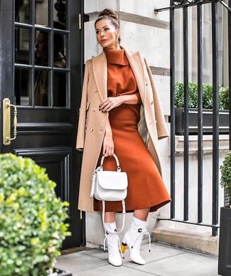 Wie kombinieren: beige Mantel, rotbrauner Rollkragenpullover, rotbrauner Wollmidirock, weiße Leder Stiefeletten