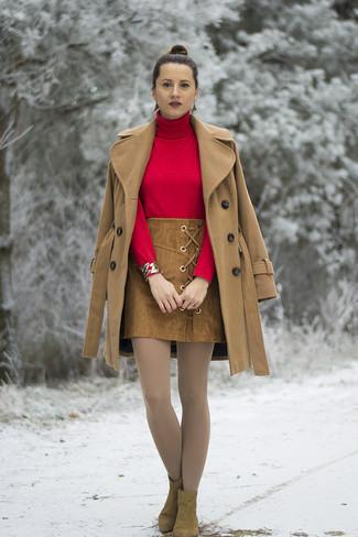 Wie kombinieren: beige Mantel, roter Rollkragenpullover, brauner Wildleder Minirock, braune Wildleder Stiefeletten