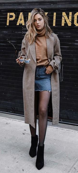 Wie kombinieren: brauner Mantel mit Karomuster, beige Wollrollkragenpullover, blauer Jeans Minirock, schwarze Wildleder Stiefeletten