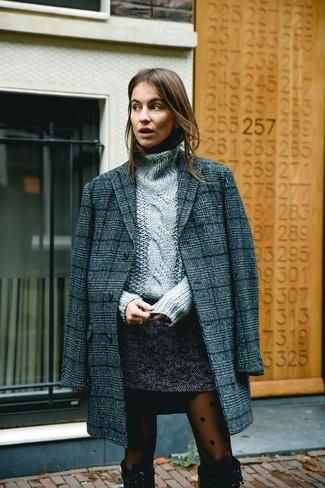 Wie kombinieren: dunkelgrauer Mantel mit Schottenmuster, grauer Strick Rollkragenpullover, dunkelgrauer Tweed Minirock, schwarze kniehohe Stiefel aus Wildleder