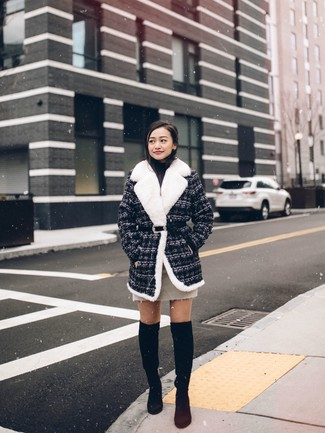 Smart-Casual Outfits Damen 2020: Probieren Sie diese Kombi aus einem dunkelgrauen Tweed Mantel und einem hellbeige Minirock, um einen lockeren aber stilvollen Look zu erzeugen. Schwarze Overknee Stiefel aus Wildleder sind eine ideale Wahl, um dieses Outfit zu vervollständigen.