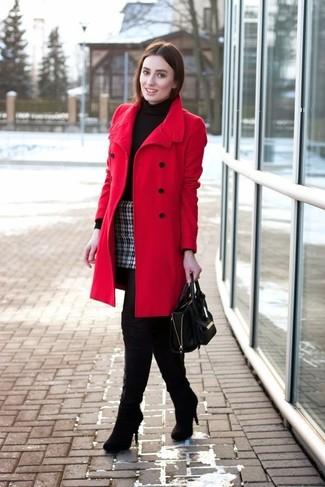 Roter Mantel, Schwarzer Rollkragenpullover, Schwarzer und weißer Minirock mit Schottenmuster, Schwarze Overknee Stiefel aus Wildleder für Damen
