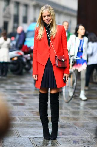 Roter Mantel, Schwarzer Rollkragenpullover, Dunkelblauer Falten Minirock, Schwarze Overknee Stiefel aus Wildleder für Damen