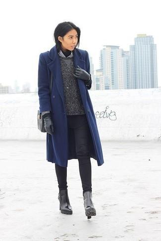 Dunkelblauen Mantel kombinieren – 189 Damen Outfits: Die Kombi aus einem dunkelblauen Mantel und schwarzen engen Jeans bietet die optimale Balance zwischen schlichtem Tomboy-Look und zeitgenössische Stil. Schwarze Leder Stiefeletten sind eine kluge Wahl, um dieses Outfit zu vervollständigen.