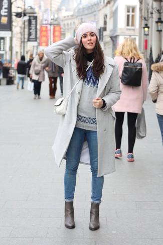 Wie kombinieren: grauer Mantel, schwarzer Rollkragenpullover, grauer Pullover mit einem Rundhalsausschnitt mit Fair Isle-Muster, blaue enge Jeans