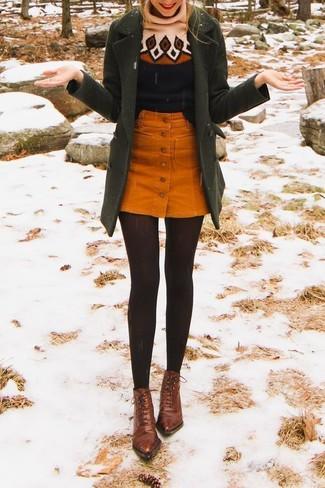 Wie kombinieren: olivgrüner Mantel, schwarzer bedruckter Wollrollkragenpullover, orange Kordrock mit knöpfen, braune Schnürstiefeletten aus Leder