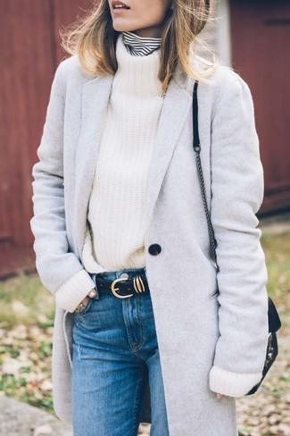 Wie kombinieren: grauer Mantel, weißer und schwarzer horizontal gestreifter Rollkragenpullover, weißer Strick Rollkragenpullover, blaue Jeans