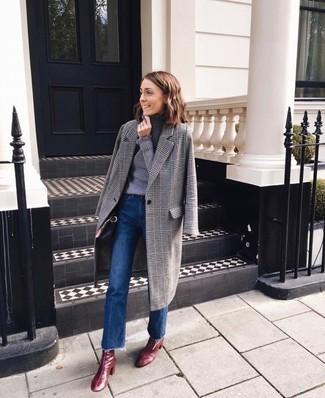 Wie kombinieren: grauer Mantel mit Schottenmuster, grauer Rollkragenpullover, blaue Schlagjeans, dunkelrote Leder Stiefeletten
