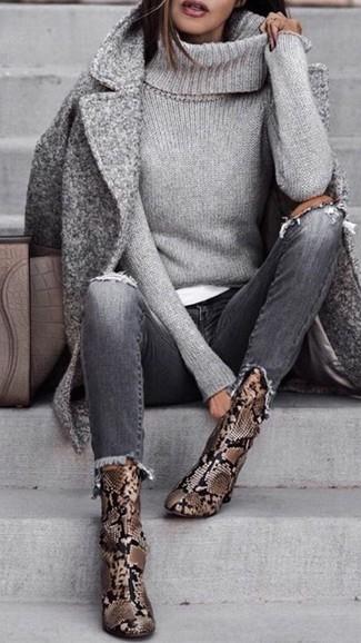 Wie kombinieren: grauer Mantel, grauer Strick Rollkragenpullover, weißes T-Shirt mit einem Rundhalsausschnitt, graue Jeans mit Destroyed-Effekten