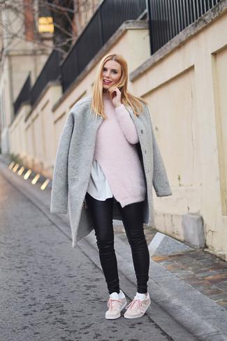 Wie kombinieren: grauer Mantel, rosa Mohair Rollkragenpullover, weißes T-Shirt mit einem Rundhalsausschnitt, schwarze Leder enge Jeans
