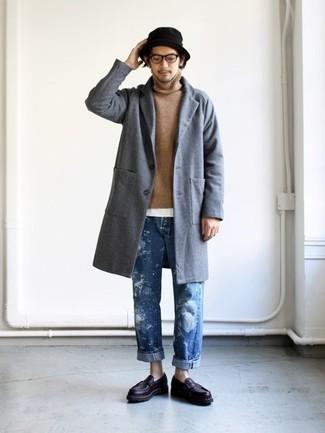 Wie kombinieren: grauer Mantel, beige Rollkragenpullover, weißes T-Shirt mit einem Rundhalsausschnitt, blaue Jeans